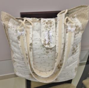 Bolsa de algodão bege estampado.